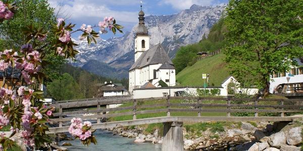 Postkartenmotiv: Die Pfarrkirche St. Sebastian im Bergsteigerdorf Ramsau
