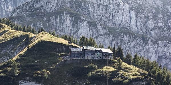 Das Purtschellerhaus durch das die deutsch-österreichische Staatsgrenze verläuft