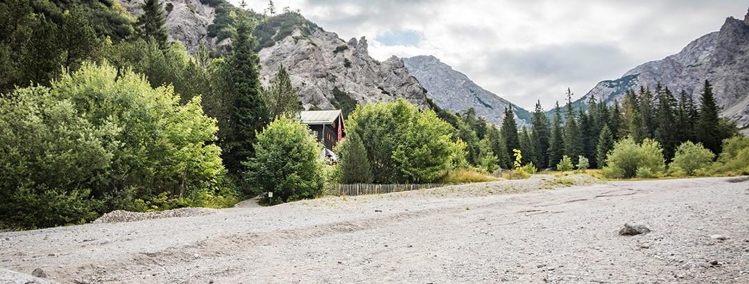 Die Wimbachgrieshütte an dem namensgebenden, gigantischen Schuttstrom