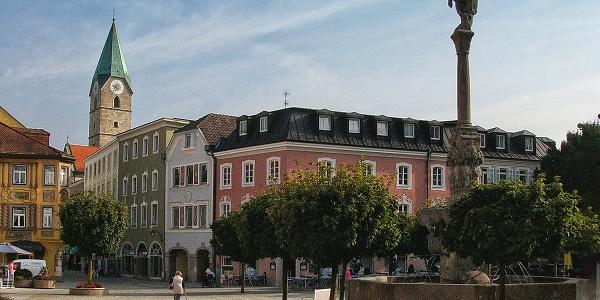 Rathausplatz Bad Reichenhall mit dem Turm der Ägidikirche