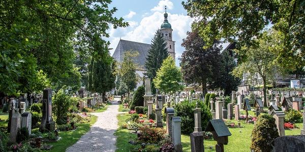 <![CDATA[Die Franziskaner Kirche hinter dem Berchtesgadener Friedhof]]>