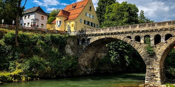 Blick auf die historische Murbrücke in Murau