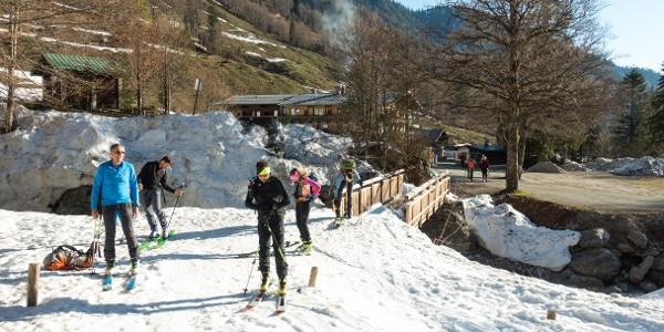 von der Griesner Alm über die Brücke können die Ski angezogen werden