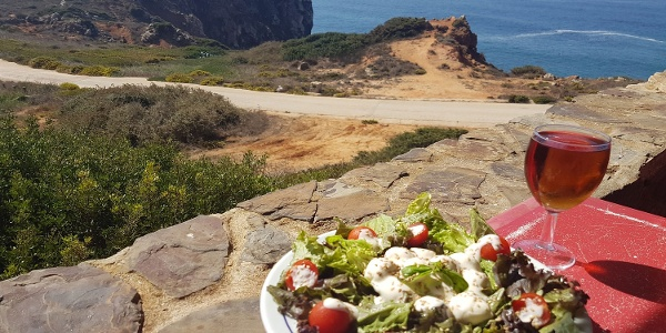 Salat und Wein an der Küste