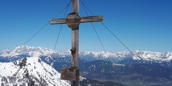 Gipfelkreuz, links Hochkönig, rechts Tennengebirge