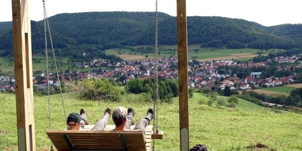 Traumschaukel am Dreifürstensteig oberhalb Talheims