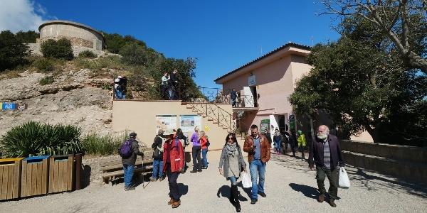 Außerhalb der Bergbahnstation Sant Joan im Montserratmassiv