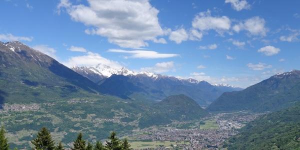 Blick ins Valtellina Richtung Norden: im Tal Morbegno, dahinter Culmine di Dazio