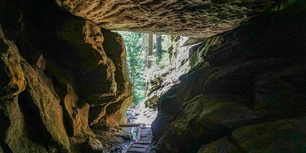 Licht am Ende des Felstunnels in der Wolfsschlucht
