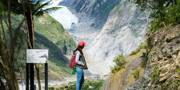 Wanderin mit Blick auf Franz Josef Gletscher