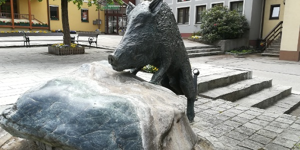 Kunst in Eberstein - im Hintergrund das Gemeindeamt