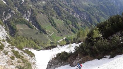 NICHT im Abfahrtssinn links durch die Engstelle: Großes Loch und Einsturzgefahr in Bachbett