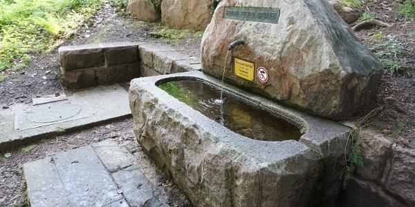 Der Hermann Huchler Brunnen wurde einem ehemaligen Förster aus Bad Herrenalb gewidmet.