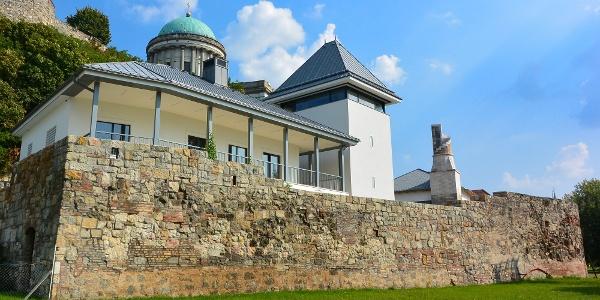 Az újjáépített Veprech-torony az esztergomi dzsámi mellett