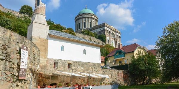 Az esztergomi dzsámi a Dunapart felől, háttérben a Bazilika