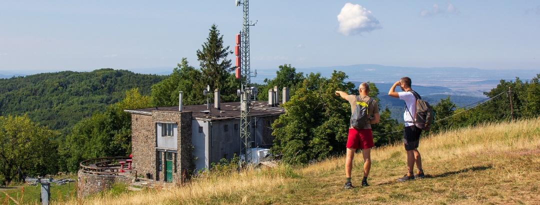 A Nagy-hideg-hegyi menedékház a csúcs oldalából