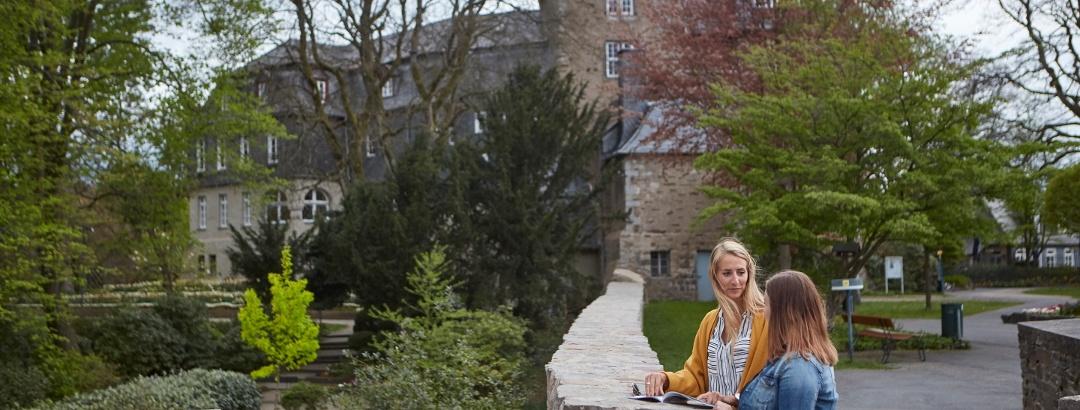 Zwei Frauen im Schlosspark Obere Schloss
