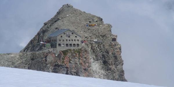 Cabane Des Vignettes liegt auf einem beeindruckenden Felsvorsprung. Normalerweise ist die Sicht noch besser.