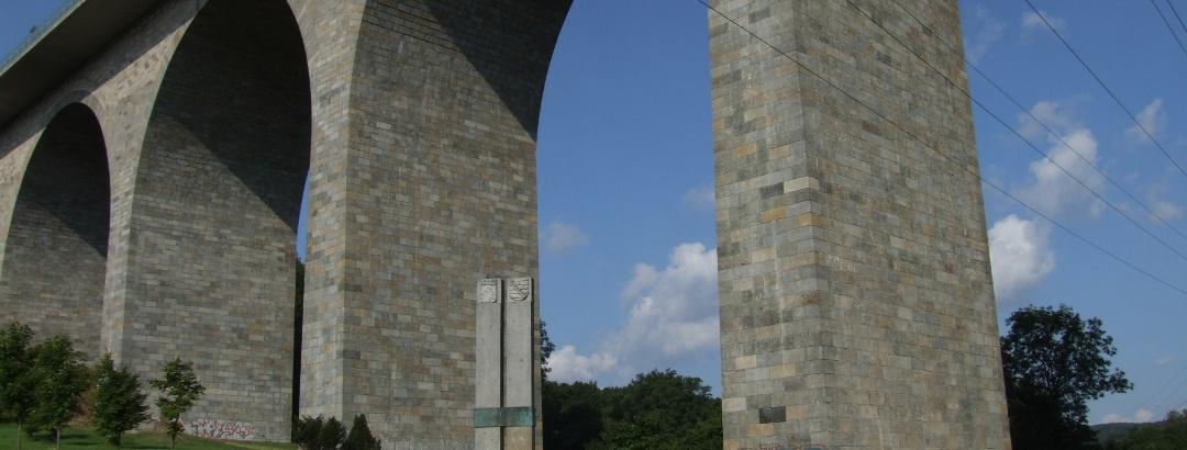 Autobahnbrücke mit Gedenkstelen