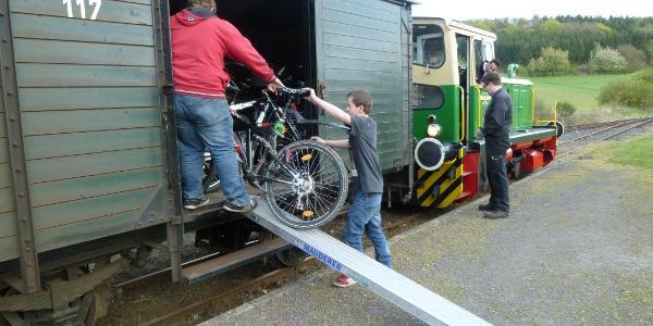 """Am Bahnhof Engeln geht's los: Die Fahrräder werden aus dem Gepäckwagen des """"Vulkan-Expreß"""" ausgeladen."""