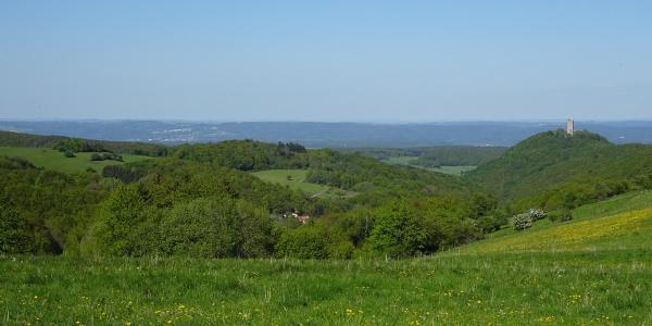 Schon kurz nach Engeln genießen wir herrliche Ausblicke über Burg Olbrück und in Richtung Westerwald.