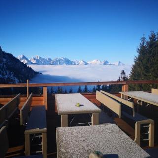Terrasse mit Blick auf Schloss, Seen und Berge