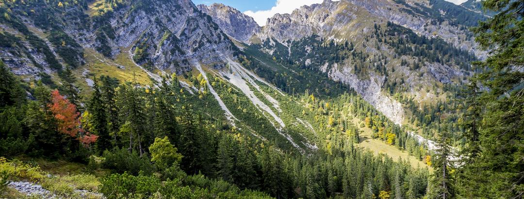 Wandern durch die Berge der Gebirgsgruppe Karwendel in Tirol