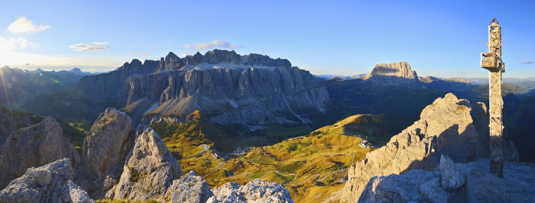 Blick von der Großen Cirspitze hinunter auf das Grödner Joch, den Ausgangspunkt unserer Wanderung. Im Hintergrund das Felsmassiv des Sellastocks, rachts davon der Langkofel und der Schlern im Hintergrund.