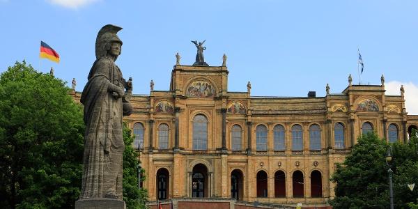 (3) Die aufwendige Kulissenarchitektur beherbergt die Stiftung Maximilianeum fürbegabte Studenten und den Bay. Landtag.