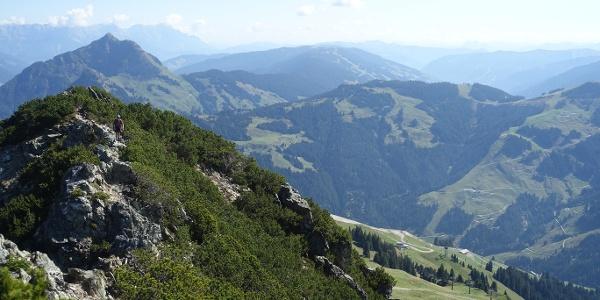 Blick vom Henne-Steig nach Osten übers Fieberbrunn-Saalbacher Liftgebiet
