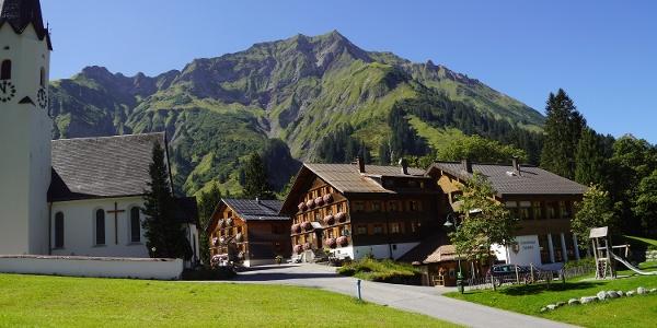 Wanderstartplatz beim Gemeindehaus und Tourismusbüro Schröcken