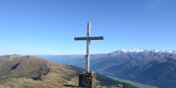 Die Gipfel über dem Pinzgauer Spaziergang steigern das Erlebnis, aber auch massiv die Gehzeit.