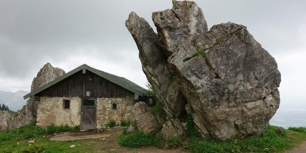 Dolomitblöcke zwischen den Hütten der Steinlingalm