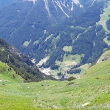 Blick hinunter nach Pflersch, der Weg geht aber links davon.