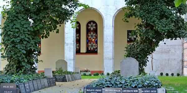 Sírkövek és sírok a Dohány utcai zsinagóga temetőkertjében
