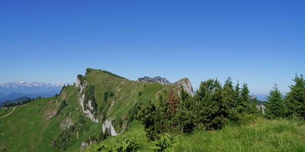 Latschenkopf links, Vorderer Kirchkopf rechts und in der Mitte die Benediktenwand