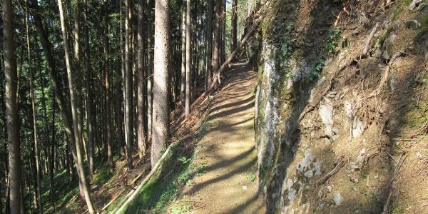 gut gepflegter Weg entlang der Kalkwände zum Egelsee