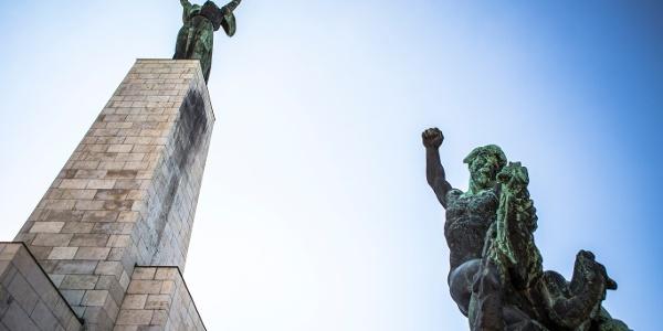 A Szabadság-szobor és a sárkányt legyőző mellékalakja