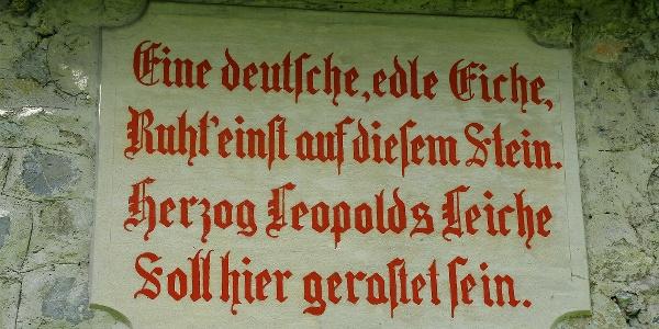 Inschrift bei der Waldkathedrale.