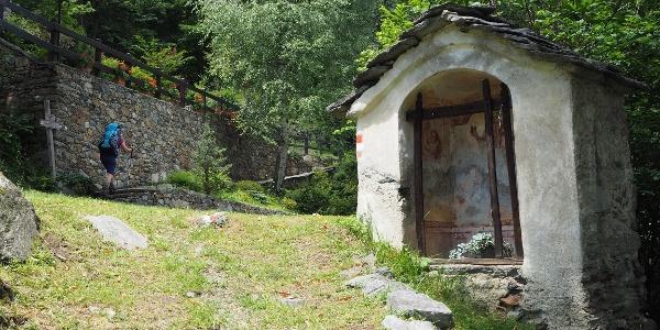 Der Weg bei Preghera führt an der Mauer hoch