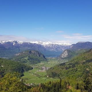 Pogled na zgornjo Bohinjsko dolino iz Vodnikovega razglednika