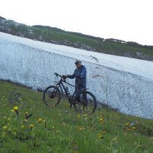 Es liegt immer noch viel Schnee in Mulden und Senken. An die Bundesforste: Das Rad wurde hier geschoben, nicht gefahren!