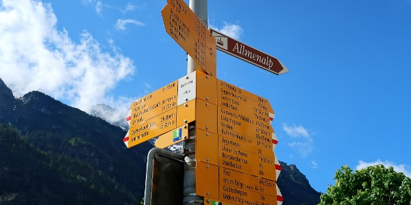Wegweiser beim Bahnhof Kandersteg.