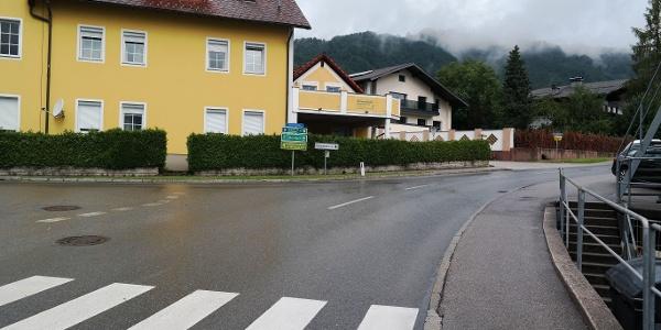 Hier zweigt links die Stücklbachstraße ab.