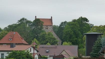 Gramzow, Kirche und Schlauchturm der freiwilligen Feuerwehr