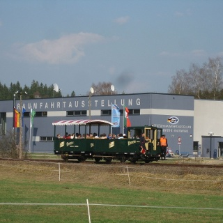Der Wernesgrüner Schienen-Express vor der Deutschen Raumfahrtausstellung in Morgenröthe-Rautenkranz