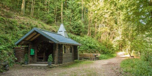 Beim Aufstieg zum Schöpfungspfad: Die Waldkapelle