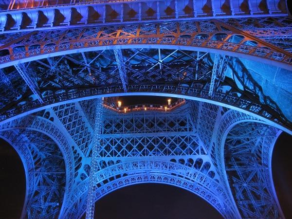 Eiffel-torni yöllä.