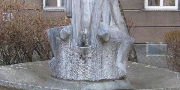 Der Brunnen vor dem Gemeindebau Pfeilgasse 10-12