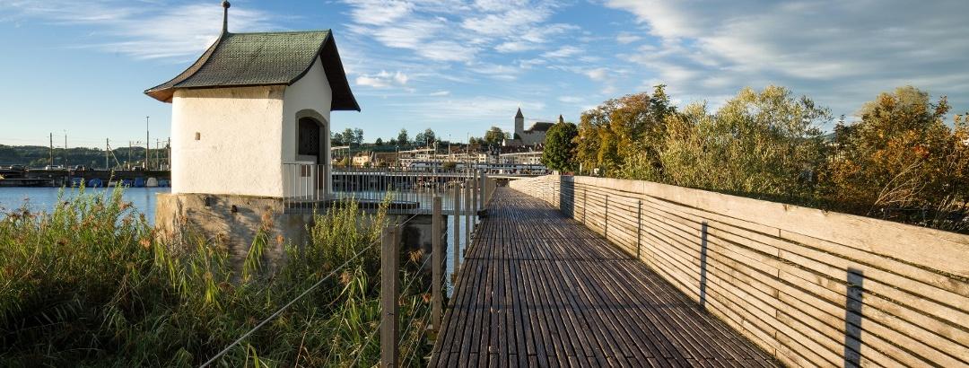 Geniessen Sie einen traumhaften Spaziergang über den Holsteg Rapperswil-Hurden